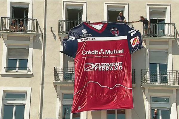 Comme un tifo, le maillot du Clermont Foot 63 présenté au public sur la place de Jaude