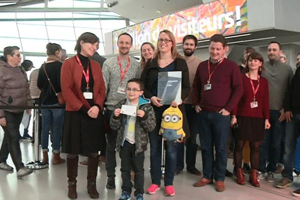 Ils ont acheté le billet n° : 1 000 000 ! Maxence, 7 ans et sa marraine, sont les stars du jour pour le personnel du musée des Confluences ...
