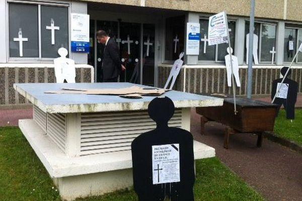 Cérémonie funèbre symbolique organisée par les indépendants devant la caisse du RSI à Quimper