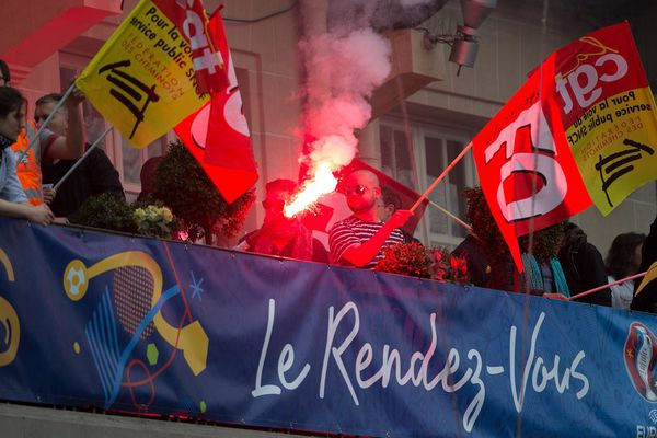 Des manifestants de la CGT derrière une banderole de l'Euro 2016