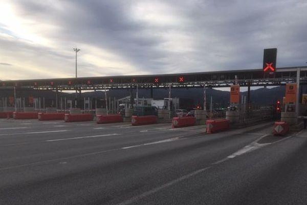 Les autoroutes A9 et AP7 sont fermées dans les deux sens de circulation au niveau du Perthus en raison des manifestations des indépendantistes catalans - 11 novembre 2019