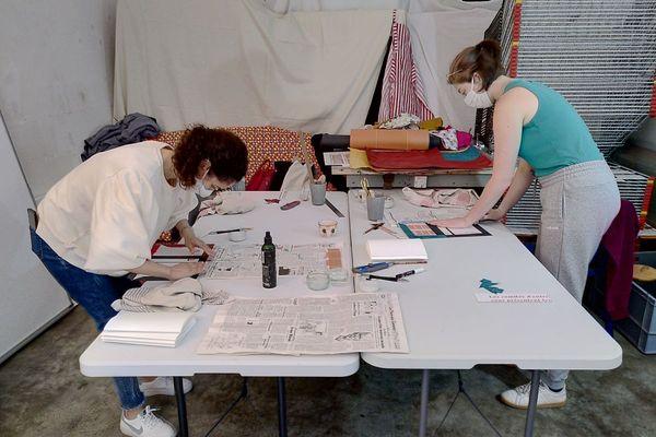 A Clermont-Ferrand, Alicia Cuerva propose deux fois par mois des ateliers pour apprendre l'art de la reliure.