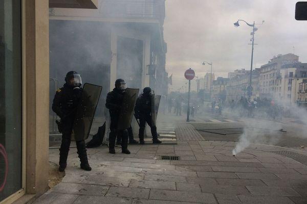 Les forces de l'ordre ont fait usage de gaz lacrymogène pour empêcher les manifestants d'accéder à certains secteurs de la ville historique