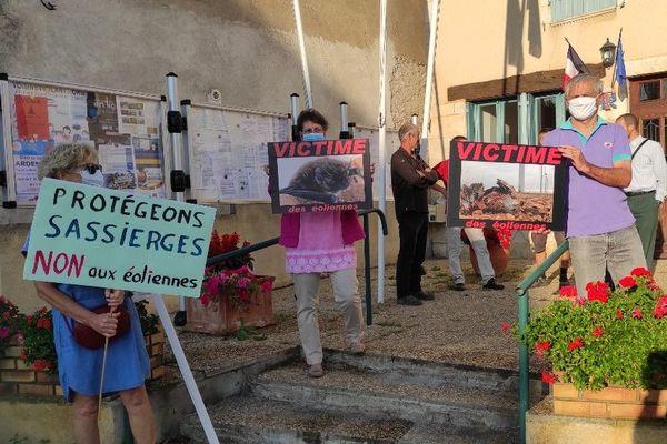Des manifestants devant la mairie de Sassierges-Saint-Germain
