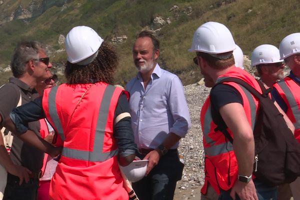 Edouard Philippe a visité le chantier-test de dépollution de la falaise de Dollemard avec une partie du conseil municipal