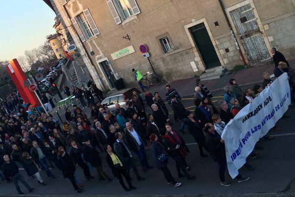 Après l'arrestation de personnes à Louhossoa, plusieurs milliers de manifestants réclament leur libération dans les rues de Bayonne ce 17 décembre 2016.