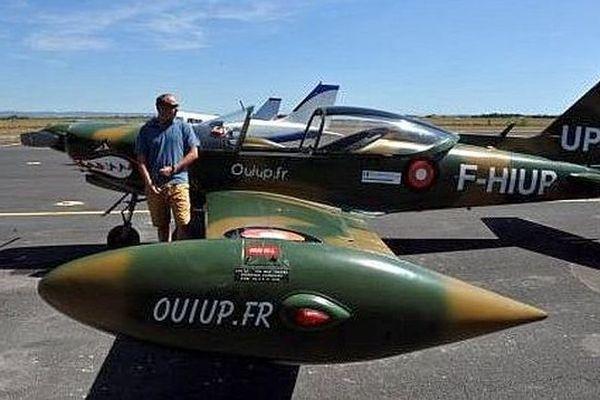 Aux commandes de l'appareil, Walter Dintinger, pilote professionnel, formé à Aérofutur à Perpignan.