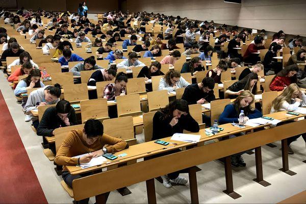 """Des étudiants de première année en train de plancher sur des """"partiels blancs""""."""