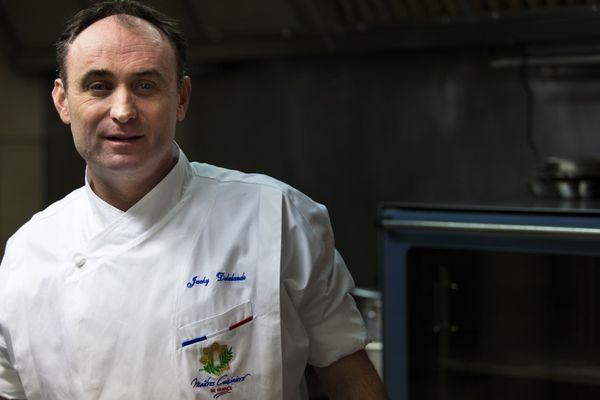 """Jacky Delalande arbore sa veste de Meilleur Cuisinier de France dans les cuisines de son restaurant """"O gré des saveurs"""" à Chamalières."""