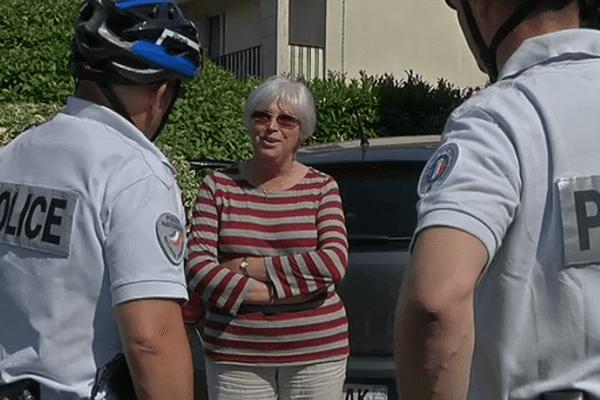 Prévention des cambriolages : des gendarmes discutent avec une habitante.
