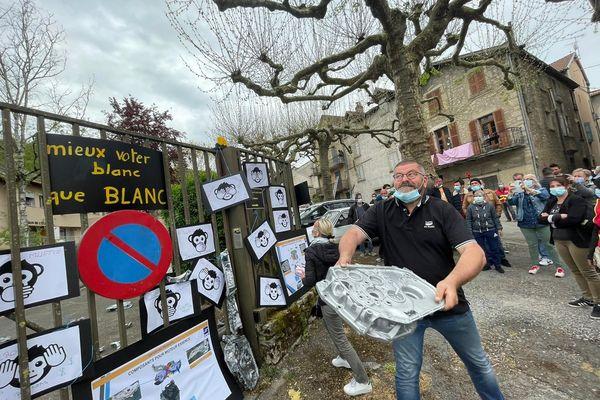 Les manifestants de la SAM ont lancé des carters automobiles par dessus les grilles de la sous-préfecture de Villefranche de Rouergue.