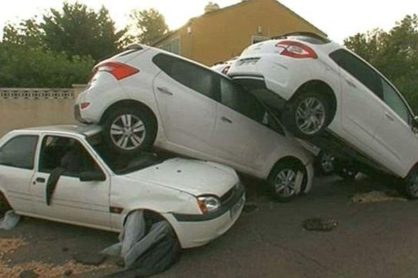 Grabels (Hérault) - des dizaines de voitures ont été charriées par les torrents d'eau - 7 octobre 2014.