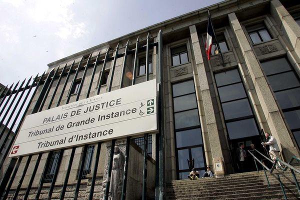 """La """"spectatrice à la pancarte"""" comparaissait ce jeudi 14 octobre au Palais de justice de Brest."""