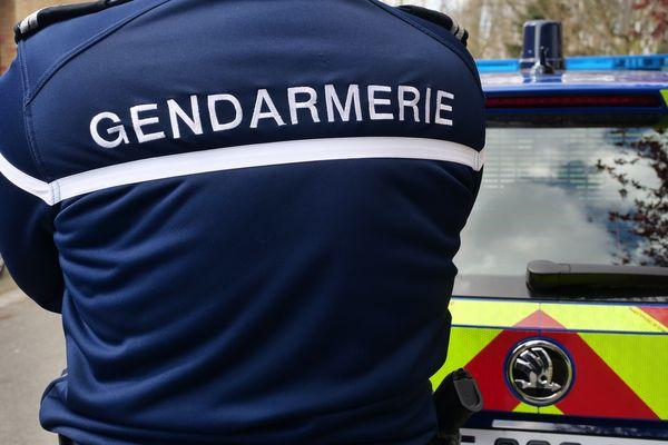 Un gendarme devant son véhicule - Photo d'illustration