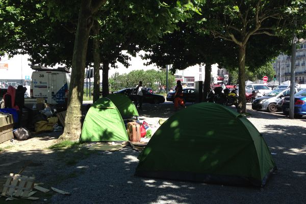 Après plusieurs expulsions, les migrants se sont réfugiés dans des tentes, square Daviais, en centre-ville de Nantes.