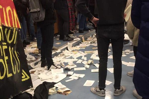 Des exemplaires du livre de François Hollande avaient été déchirés dans un amphithéâtre de l'université de Lille.