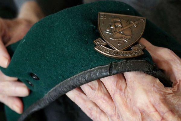 Hubert Faure nous montre le béret vert qu'il portait en juin 1944