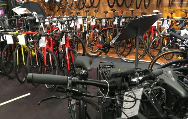 Des réparateurs de vélos à pied d'oeuvre