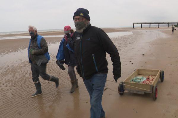 Depuis 16 ans, l'association de loisirs nautiques Eolia Normandie organise une opération de ramassage des déchets sur la plage du secteur d'Omaha beach