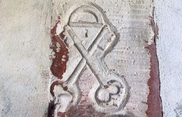 """A Schleithal notre nom de village n'est pas Willhelm mais """"Schlosser"""", le serrurier. Ces clés croisées figurent sur le mur de la grange."""