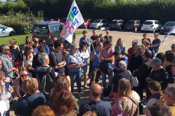 85 professeurs manifestent mercredi 3 juillet 2019 devant le lycée Galilée de Franqueville-Saint-Pierre, près de Rouen.