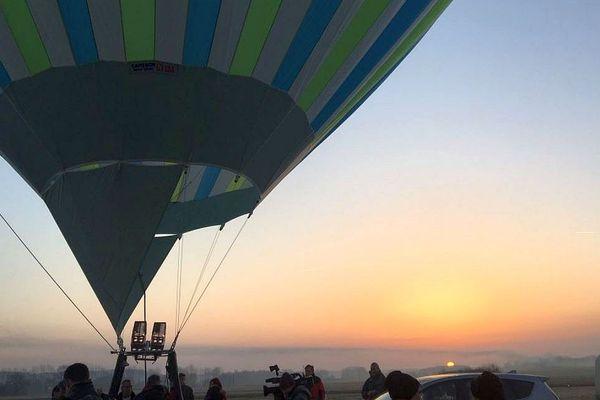 Châtellerault (Vienne) - à 3.700 mètres d'altitude, Isabelle Ponsot bat le record du monde de trapèze aérien en montgolfière - 21 février 2019.