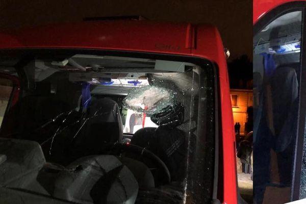 Les impacts de balles sur le pare-brise de l'ambulance et sur la vitre côté conducteur.