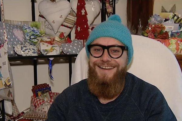 Hugo Camusso, auto-entrepreneur, travaille avec dix grand-mères qui tricotent ses créations aux Angles, dans le Gard.