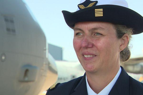 La colonelle Le Floch devient commandant de la base aérienne d'Evreux. Elle y fut pilote de transport sur Transall.