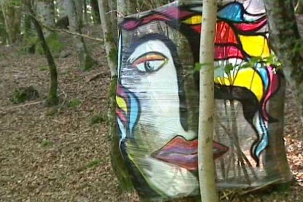 Des oeuvres insolites en pleine nature. Le festival Art'air conjugue randonnée et spectacle en Auvergne.