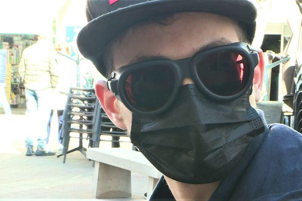 Thomas bénéficie de lunettes spécialement adaptées pour pouvoir se déplacer