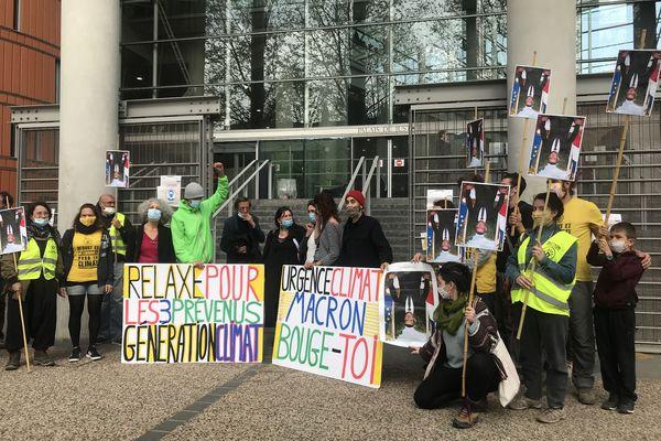 """Des militants du mouvement ANV-COP21 devant le tribunal de Toulouse avec deux des prévenus poursuivis pour vol après avoir """"décroché"""" un portrait d'Emmanuel Macron dans la mairie de Mérenvielle (Haute-Garonne)"""