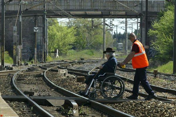 Les associations dénoncent depuis des années les problèmes d'accessibilité des gares pour les personnes à mobilité réduite, comme ici à la gare des arcs le 15 avril 2009