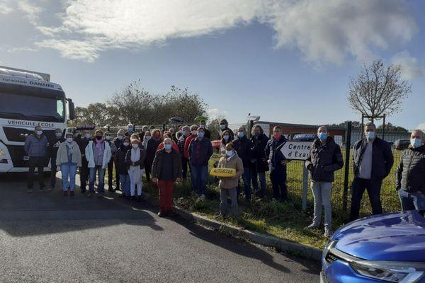 Plusieurs dizaines de propriétaires d'auto-écoles s'étaient donnés rendez-vus ce mardi matin au centre d'examen du permis de conduire à Bouguenais.