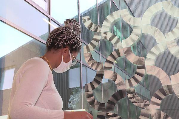 Laurianne réalise un travail à base de papier peint, dirigé par l'artiste Irma Kalt.