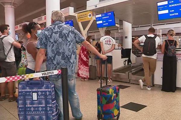 Les plus chanceux des voyageurs embarquent, les autres restent au sol.