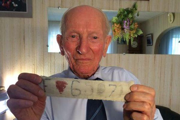 Jean Manchette, 93 ans, rescapé meusien du camp de concentration nazi de Sachsenhausen et son numéro matricule.
