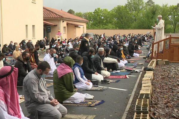 Les fidèles réunis à l'extérieur de la mosquée