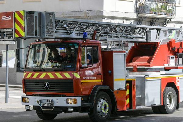Deux lances à incendie ont été déployées pour lutter contre l'incendie, dont une montée sur échelle pivotante. (image d'illustration)