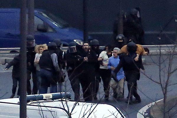 Des otages de l'Hyper Cacher de la porte de Vincennes évacués par la police le 9 janvier 2015.