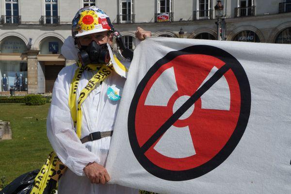 """""""Il faut absolument stopperl'industrienucléaire et produire autrement"""", selon Françoise, membre de Sortir du nucléaire-Touraine."""