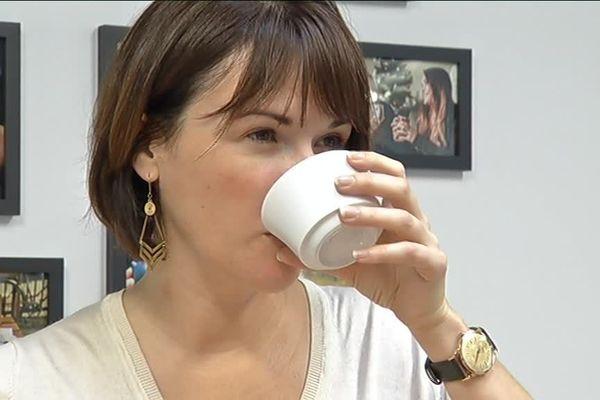 Un goût de foin pour certains thés verts du Japon, de malt pour les thés noirs... Cécile Pinto fait découvrir à ses clients les variations du thé.