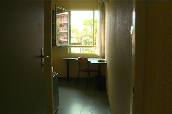 A Nice, les étudiants qui n'ont pas la chance d'avoir rejoint leur famille, essayent de garder le moral, enfermés entre quatre murs.