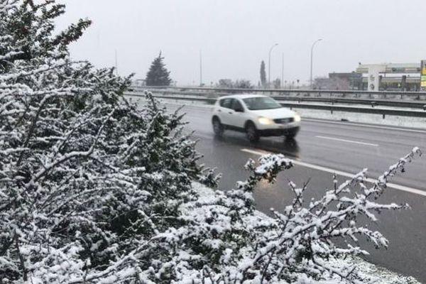 Sur certains secteurs la neige tient sur la route, la prudence est de rigueur.