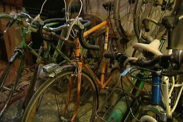 """""""La Cantine"""", association nivernaise, vous permet de venir réparer votre vieux vélo. Des pièces détachées sont mises à disposition."""
