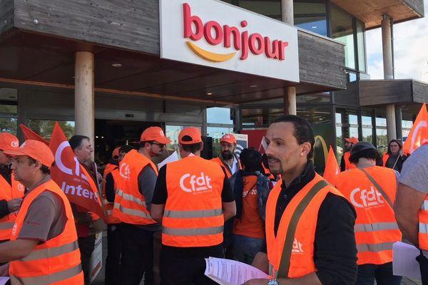 Une quarantaine de salariés des stations Total de l'A9, venus de tout le sud de la France, ont manifesté samedi matin sur l'aire de repos d'Ambrussum, sur la commune de Villetelle entre Montpellier et Nîmes. Ils dénoncent des licenciements massifs.