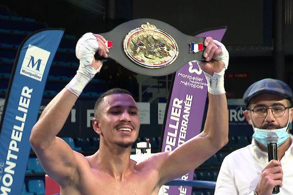 La joie du boxer gardois Mohamed Kani qui conserve son titre de champion de France de boxe.