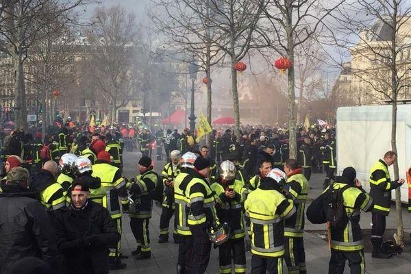 Des pompiers de Bourgogne-Franche-Comté participent à une manif nationale à Paris mardi 28 janvier 2020 pour demander davantage de moyens humains et financiers.