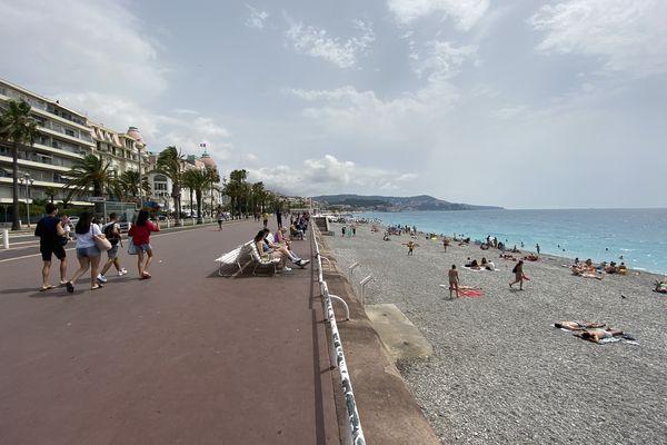 La promenade des Anglais de Nice et sa fameuse plage de galets.