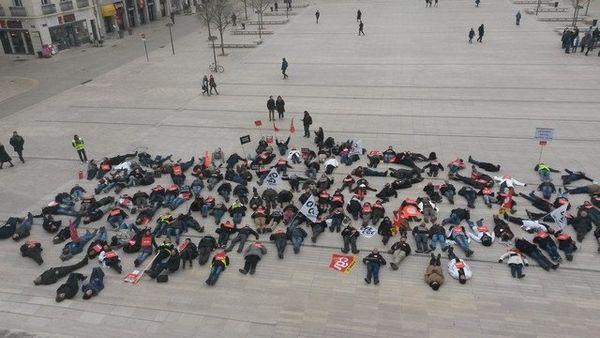 Les salariés d'Itron s'allongent devant la mairie de Poitiers le 22 janvier 2015